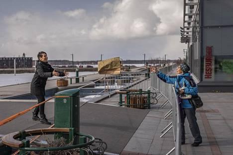 Tornion ja Haaparannan rajalla tavaroiden vaihtamiseen on suhtauduttu vaihtelevasti. Ruotsissa asuva Tamara Bergström otti syntymäpäivänään rajalla kopin äitinsä Kerttu Rantataron heittämästä paperipussista, jossa oli kukkia.