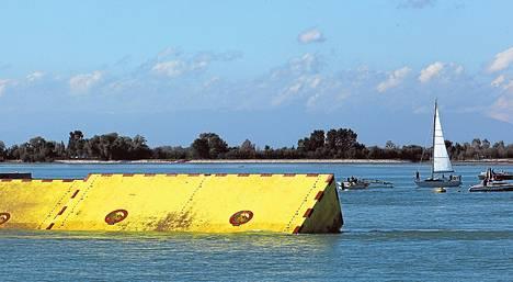 Liikuteltavia tulvapatoja esiteltiin viime lokakuussa laguunissa Venetsian edustalla.