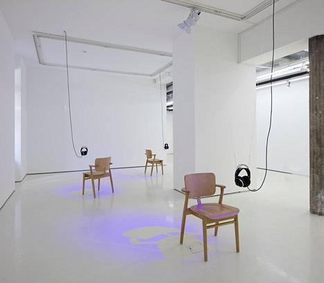 Suusta Suuhun (2019) jatkaa Hans Rosenströmin taiteellista tilan tutkimusta. Paikkasidonnainen teos tuo tilan intensiivisen lähelle.