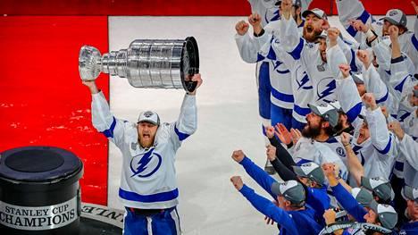 Koronaviruspandemian keskeyttämä NHL-kausi päättyi lopulta Tampa Bay Lightningin mestaruusjuhliin.