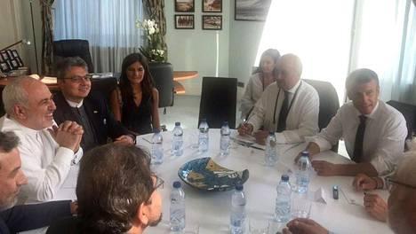 Iranin pääministeri Mohammed Javad Zarif (vas.) tapasi Ranskan presidentin Emmanuel Macronin (oik.) Biarritzissa maanantaina.