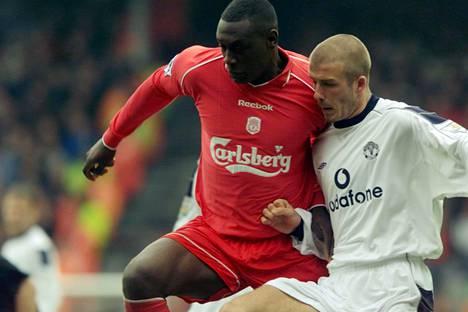 Kaudella 2000–2001 Emile Heskey pelasi vielä Liverpoolin paidassa ja kohtasi Anfieldin stadionilla ottelussa Manchester Unitedia vastaan David Beckhamin (oik.).