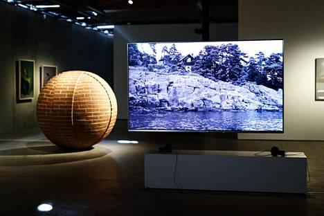 Okku Nuutilaisen näyttely An Island at Sea, No Ordinary Moments avautui EMMAssa huhtikuussa ja jatkuu ensi tammikuuhun asti.