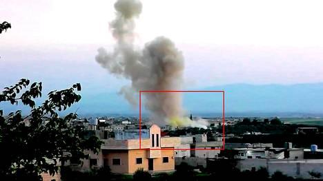 HRW:n todistusaineistona käyttämässä videossa näkyy pommi-isku Kafr Zitassa. Muutama sekunti räjähdyksen jälkeen savupatsaan alaosassa leviää kellertävää savua.