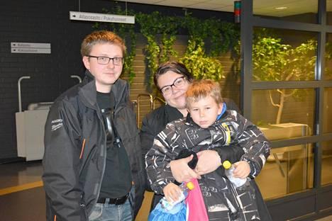 Kauhajokiset Kari Talvitie ja Katri Niemelä lähtivät viime sunnuntaina uimaan poikansa Eliaksen kanssa.