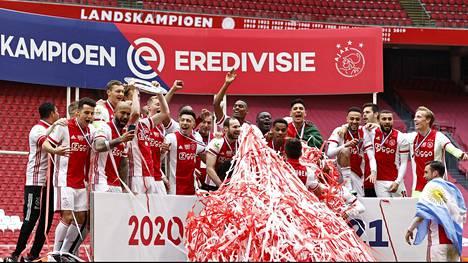 Ajaxin pelaajat juhlivat sunnuntaina mestaruutta.