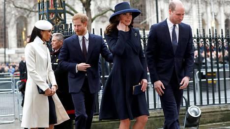 """Meghan Markle (vas.) ja prinssi Harry olivat maalikuussa vielä vain kihlapari, kun he saapuivat Kansainyhteisön juhlajumalanpalvelukseen yhdessä Cambridgen herttuaparin eli Katen ja Williamin (oik.) kanssa. Valovoimainen nelikko sain lempinimen """"The Fab Four"""" Beatlesia mukaillen. Sittemmin Meghanin mediasuosio on laskenut, ja hän on saanut lisänimen Yoko Ono. Taustalta löytyy misogyyninen tulkinta, jonka mukaan japanilaistaiteilija Ono oli hajottamassa Beatlesia."""