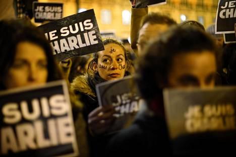 TUKEA ISKUJEN UHREILLE. Charlie Hebdo -satiirilehden toimitukseen tehdyn terrori-iskun jälkeen ihmiset eri puolilla maailmaa ryhtyivät osoittamaan tukeaan iskujen kohteena olleille. Terroristeille pyritään osoittamaan, että iskuilla ei ole heidän haluamaansa vaikutusta jokapäiväiseen elämään. Kuvassa tukimielenosoitus Lissabonissa 8. tammikuuta 2015.