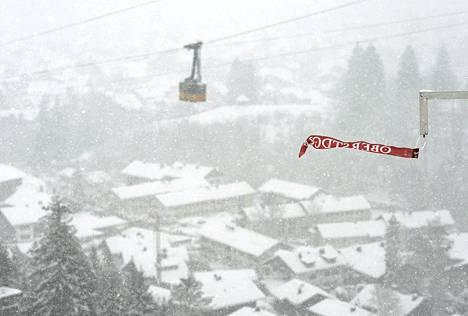 Oberstdorfin kisan alkua jouduttiin siirtämään useita kertoja lumisateen ja tuulen takia.
