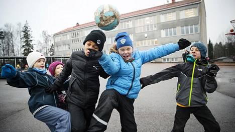 Alina Tuppurainen, Vilma Kuustie, Jerobeal Mpaka-Makumbu, Inkeri Erola ja Vilho Vauhkonen esittelivät jalkapallotaitojaan Maunulan ala-asteen koululla.