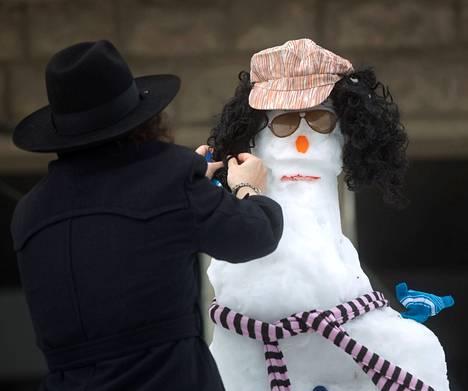 Ultraortodoksijuutalainen mies rakensi lumiukkoa Jerusalemissa perjantaina.