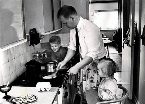 Tutkijoiden mukaan kotityöt jaetaan tasaisimmin pohjoismaissa. Kuva äitienpäivältä vuodelta 1967.