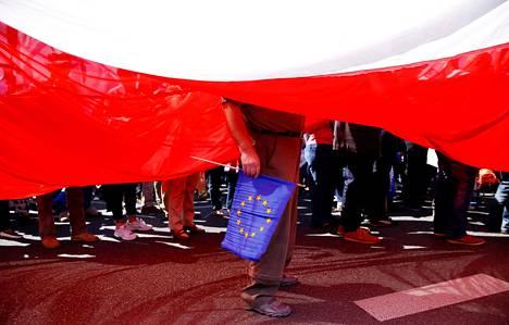 Puolan hallitusta vastustava mielenosoittaja piteli EU-lippua Varsovassa toukokuussa.