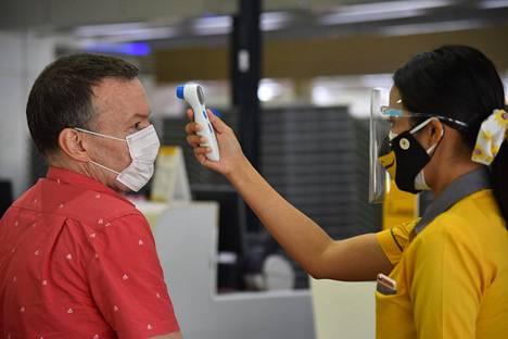 Etenkin Aasian maissa matkustajilta mitataan lämpötiloja. Thaimaalaisen Nok Airin työntekijä teki mittauksia 1. toukokuuta Bangkokissa Don Muangin kentällä.