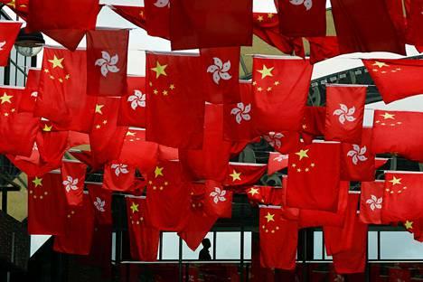 Kiinan kansantasavallan ja Hongkongin lippuja on aseteltu koristeeksi Hongkongissa tiistaina, kun kaupungissa valmistaudutaan juhlistamaan 20 vuotta sitten tapahtunutta siirtymistä Britannian alaisuudesta Kiinan hallintoon.