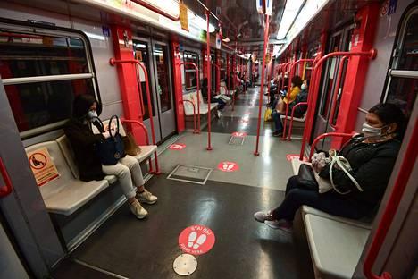 Milanon metrossa ei ollut maanantaina matkustajaryntäystä. Lattiaan oli merkitty suositellut turvavälit ja osalla istuimista ei saanut olla matkustajia.