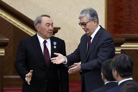 Kazakstanin eronnut presidentti Nursultan Nazarbajev (vas.) ja hänen seuraajakseen nimitetty Kasym-Žomart Tokajev parlamentin istunnossa keskiviikkona.
