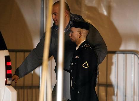 Bradley Manningia (oik.) saatettiin kuulemisen jälkeen torstaina.