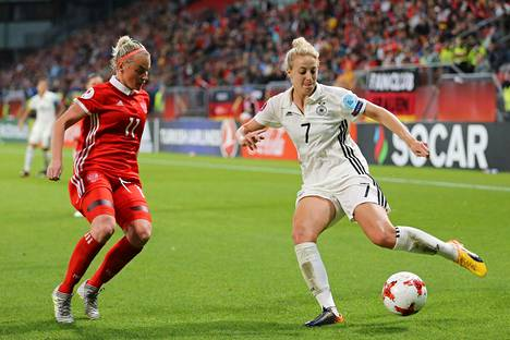 Venäjän Marina Kiskonen puolusti Saksan Carolin Simonia vastaan EM-turnauksen lohko-ottelussa.