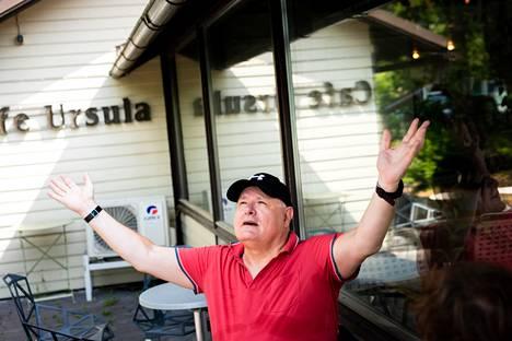 Ruben Stiller kertoo suosikkijuutalaisvitsiänsä Kaivopuiston Cafe Ursulassa.