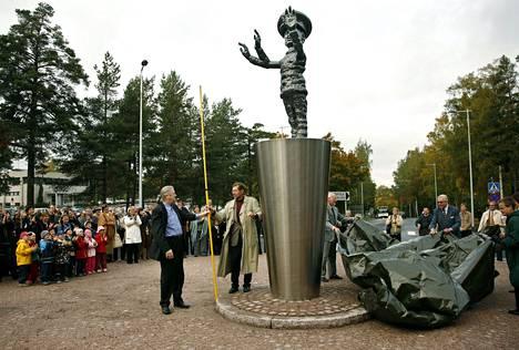 Lokakuussa 2006 Pekka Kauhanen oli paljastamassa Taidepoliisi-patsastaan Ahertajantien ja Pohjantien risteyksessä Tapiolassa.