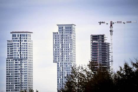 Vuodenvaihteessa 2020–2021 Helsingissä oli eniten uusia asuntoja rakenteilla Kalasatamassa. Kuvassa Kalasataman tornitalot Vanhankaupunginlahden puolelta 13. huhtikuuta.