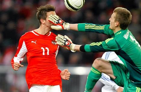 Lukas Hradecky torjui Itävallan hyökkääjän, mutta ei maalia viikko sitten pelatussa ottelussa.