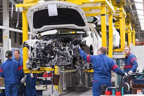 Lisätyöt mahdollistava työaikakokeilu koskee monia vientiteollisuuden yrityksiä. Kuvassa Valmet Automotiven autotehdas Uudessakaupungissa.