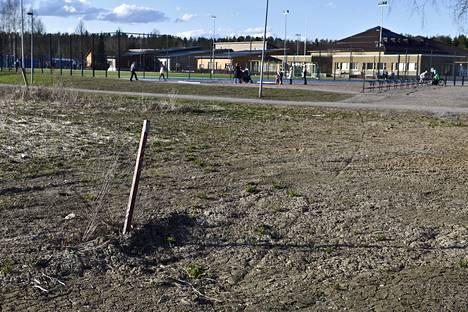 Yksinäinen kuuman linjan tolppa Jukolan koulun vieressä Hämeenlinnassa.