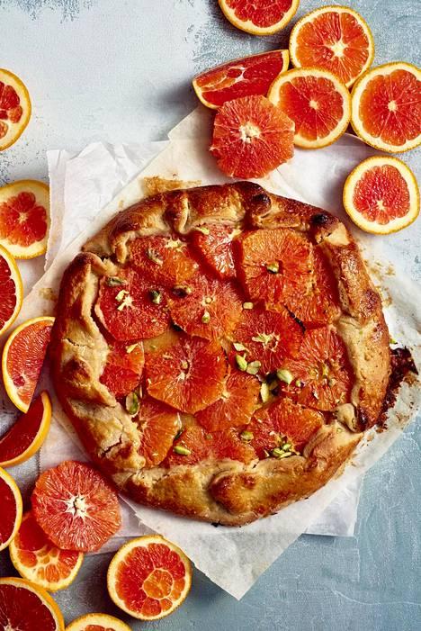 Veriappelsiinigaletessa sitrusviipaleiden alla piilottelee mantelinen frangipane-täyte.
