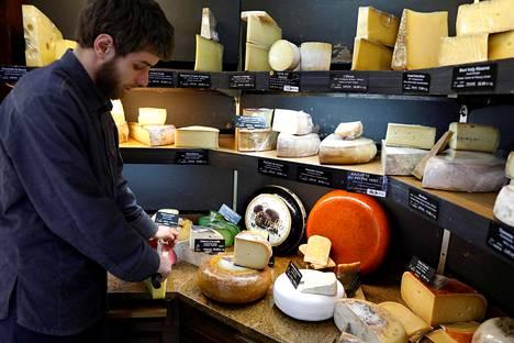 Yhdysvaltojen alustavan ilmoituksen mukaan tuontitullit kohdistuisivat muun muassa juustoihin. Kuvassa ranskalaisia raakamaidosta valmistettuja juustoja Pariisissa.