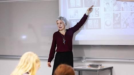 Äidinkielenopettaja Satu Kiiskinen opettaa Tikkurilan lukion toisen vuoden opiskelijoille sarjakuvan kieltä Persepolis-sarjakuvan avulla.