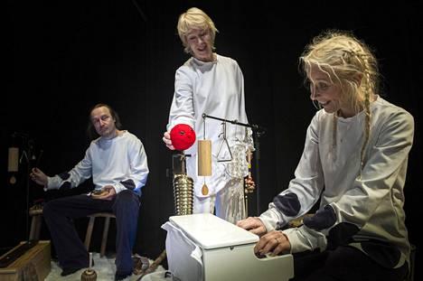 Mitä täällä kuuluu? Anne Lihavaisen liikuttama Pipu ihmettelee, kun Susan Aho ja Antero Reinistö soittavat.