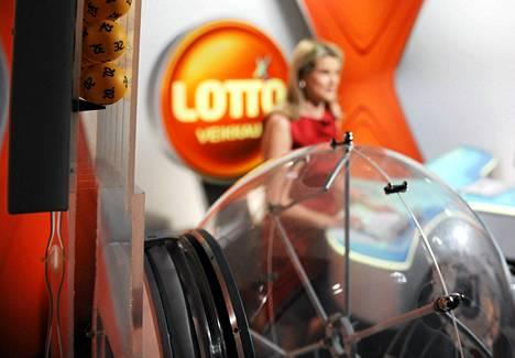 Lottoarvonnan arvontasihteeri Annika Wilska harjoitusarvonnassa tammikuussa 2011.