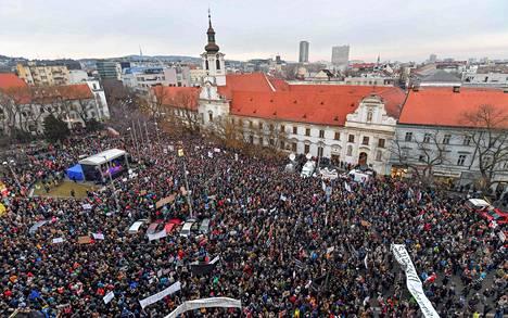 Ihmiset kokoontuivat muistamaan murhattua toimittaja Ján Kuciakia ja hänen tyttöystäväänsä Martina Kusnirovaa Bratislavan keskustassa perjantaina.