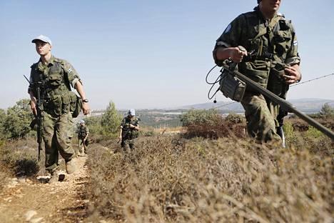 Suomalaiset rauhanturvaajat partioivat Libanonin ja Israelin välisen sinisen linjan Libanonin puolella joulukuussa 2013.