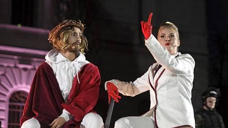 Perinteinen Via Crucis -pääsiäisvaellus järjestettiin Helsingissä viime pääsiäisenä, mutta tänä vuonna esitys on peruttu. Viime vuonna pääroolissa Jeesuksena oli näyttelijä Eric Barco ja Pilatuksena Milla Kaitalahti.