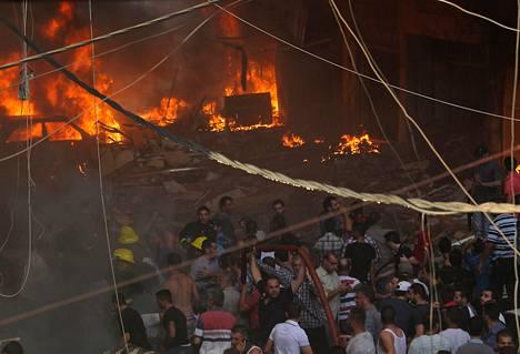 Useita autoja ja taloja syttyi tuleen räjähdyksen voimasta Beirustissa.