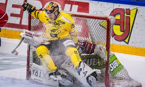 SaiPan Stefano Giliati liukui IFK:n maalivahdin Ville Husson päälle ja hankki yllättäen jäähyn IFK:lle.