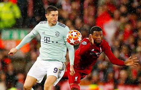Bayernin Robert Lewandowski (vas.) ja Liverpoolin Georginio Wijnaldum kamppailivat pallosta Mestarien liigan ottelussa tiistaina.