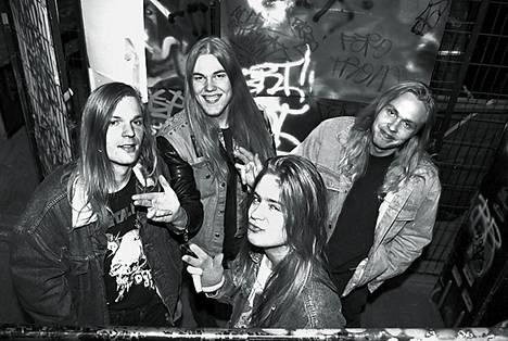 Speedmetal-yhtye Stone poseeraa Lepakossa, Helsingissä, 9. huhtikuuta 1990.