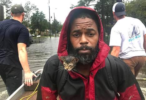 Robert Simmons Jr ja hänen kissanpentunsa evakuoitiin tulvan keskeltä veneellä New Bernissä perjantaina.