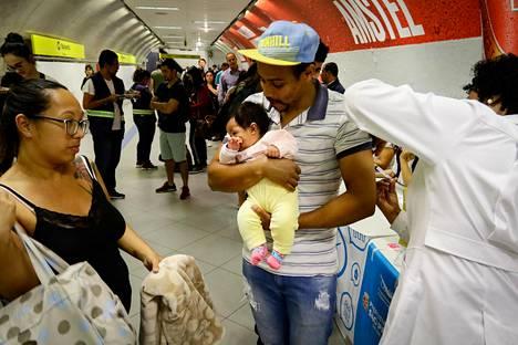 Brasilian São Paulossa järjestettiin tuhkarokon vastaisen kampanjan aikana heinäkuun lopussa joukkorokotustilaisuus muun muassa metroasemalla.