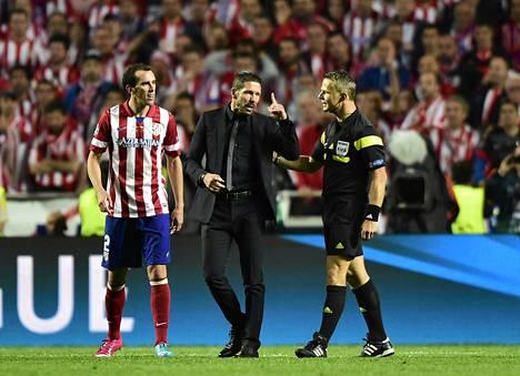 Atleticon valmentaja Diego Simeone kävi Mestarien liigan finaalissa kuumana ottelun erotuomarille.