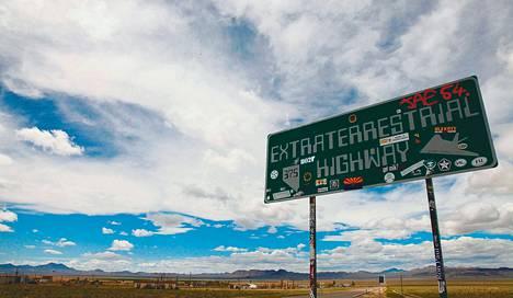 """Alue 51:n lähellä kulkeva maantie on nimetty """"Avaruusolentojen valtatieksi"""". Tiellä ei ole juuri liikennettä, mutta se vetää puoleensa ufouskovaisia."""