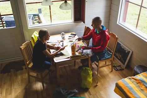 Kaisa Reinius ja Juha Lehtonen kävivät läpi kilpailun varusteita. Osa muun muassa ensiapuvälineistä on pakollisia.
