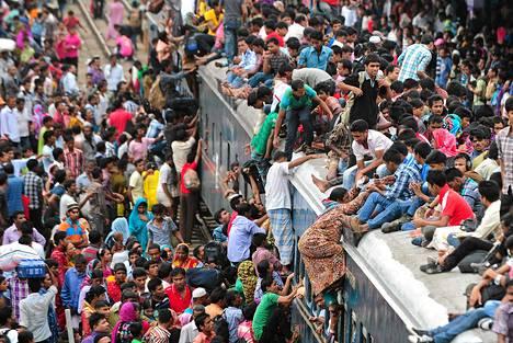 Bangladeshilaiset kiipesivät jopa junien päälle päästäkseen viettämään ramadanin päättymisjuhlaa pääkaupungista kotikyliinsä.