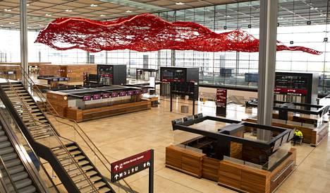 Berliinin uuden lentoaseman hallia elävöittää amerikkalaistaiteilija Pae Whiten punainen alumiiniteos Taikamatto.