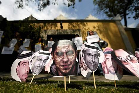 Raif Badawin (kuvassa keskellä) vapauttamista vaadittiin helmikuussa Mexico Cityssä. Saudi-Arabian lähetystön pihalle oli pystytetty kuvia vankiloissa viruvista saudi-arabialaisista.