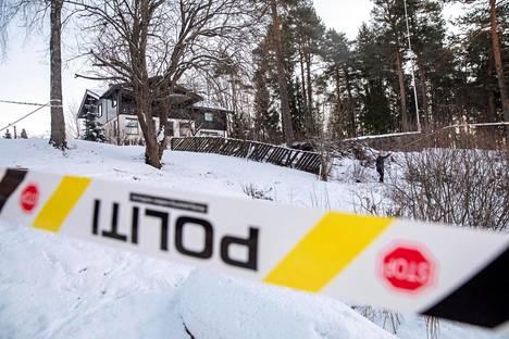 Poliisin eristysnauhaa Anne-Elisabeth Falkevik Hagenin kotitalon edustalla Fjellhamarissa keskiviikkona.